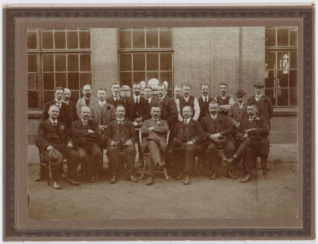 036941 - Centrale Werkplaats, Atelier, Nederlandse Spoorwegen: Groepsfoto van personeel van de Centrale Werkplaats.