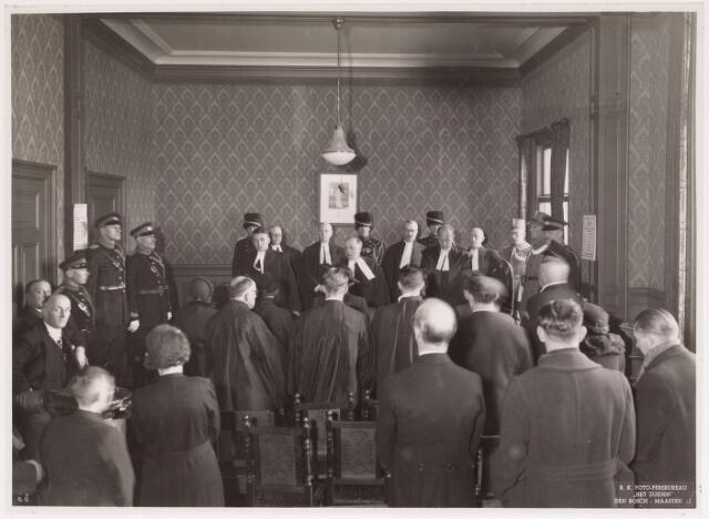042705 - Plechtige openbare zitting van het kantongerecht op 1 februari 1938. Op de eerste rij, van links naar rechts, jhr. Serraris, ambtenaar van het Openbaar Ministerie, mr. Van de Ven en griffier mr. J. Hendrikx. Daarachter drie wethouders, met rechts J. van de Mortel, die nadien burgemeester zou worden