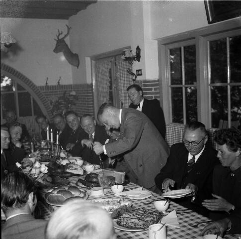 050285 - Lunch,  tijdens de 1e steenlegging woningbouw door secretaris generaal en bezoek steenfabriek.