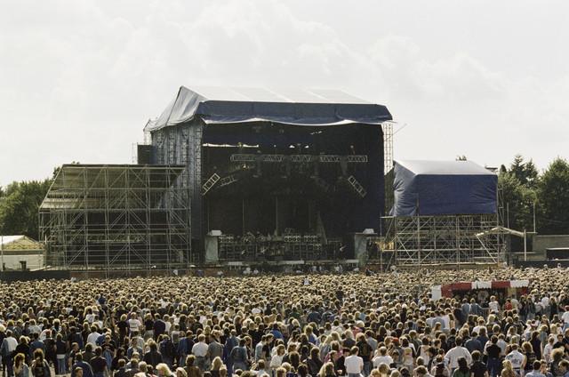 TLB023000013_002 - Bezoekers voor het podium tijdens het Monsters of Rock festival in het Willem II stadion
