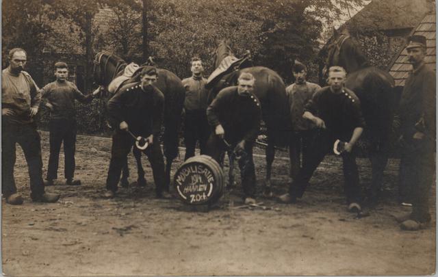 652981 - Smederij Vorselaars, H.F. Vorselaars. Mobilisatie 1914. Haaren.  Hoefsmeden aan het werk