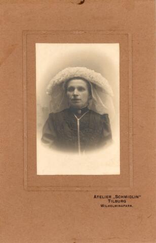 650411 - Schmidlin. Onbekende boerin uit Tilburg of omgeving. Zij draagt een fraaie Brabantse poffer.