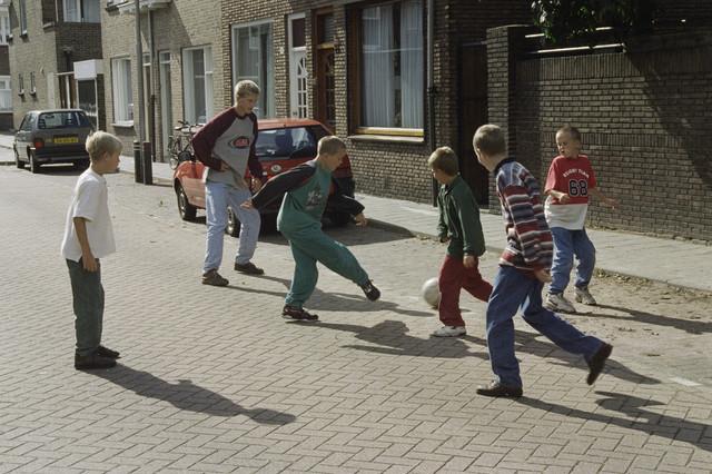 TLB023000938_002 - Jongens voetballen op straat.