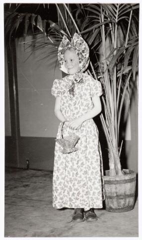 """039338 - Volt. Zuid. Hulp-afdelingen, Sociale Zaken, Zorg. Ontspanning. Vertel middag op zaterdag 24 februari 1951 door Mw. Pim Siegers. Annie Bettonviel in een creatie als """" eierboerin"""""""