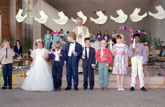 655301 - Kerk. Katholiek. Religie. Communicanten. Eerste Heilige Communie viering in de Tilburgse Lourdeskerk op 21 april 1991.