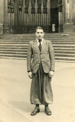 603168 - Frans Schuurmans (23-03-1924 - 1993) voor de Dom in Keulen, waar hij voor dwangarbeid geplaatst bij Felten & Guilliaume. Zijn broer Leo Schuurmans (1914-1943) werd ook door de Duitse bezetter ingeschakeld voor de Arbeitseinsatz. Leo werd gedwongen om in Kassel te werken. Op 23 juli 1943 kwam hij tijdens een luchtaanval door de geallieerden om het leven.