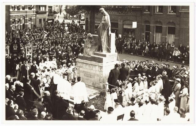 008974 - Onthulling beeld O.L.V. van het H. Hart van Jezus in het plantsoen Lieve Vrouweplein, naar ontwerp August Falise (1875-1936)