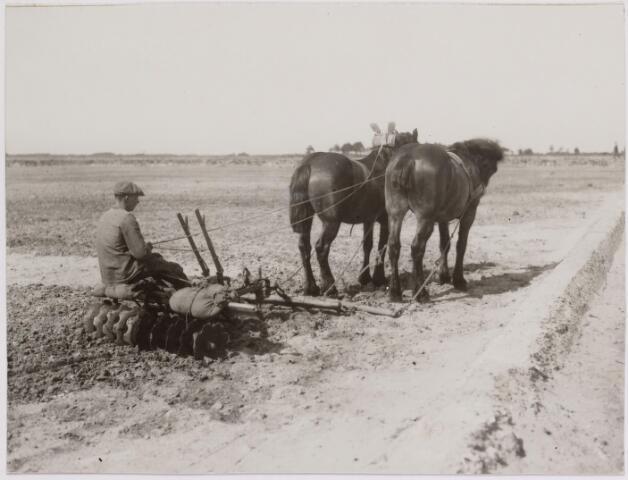 040829 - Werkverschaffing voor werklozen. Een pas aangelegd veld wordt met de vleugelegge bewerkt door een boer met paarden om daarna ingezaaid te worden met graszaad.