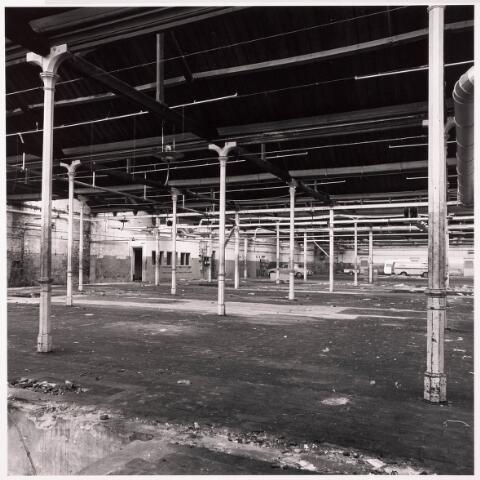 033631 - Gedeelte van het bedrijf van Jurgens Textiel aan de Tuinstraat 47a-49; op 8 januari 1976 werd het bedrijf v erplaatst naar Berkel-Enschot aan de Gen. Eisenhowerlaan; thans ten behoeve van de woningbouw aan het Spinnerspark geheel afgebroken