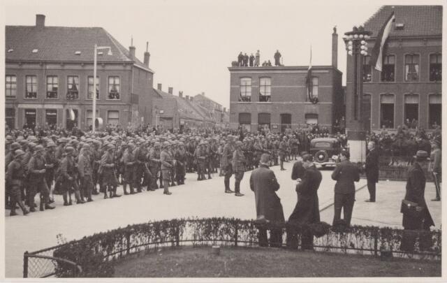 053686 - Ontvangst van het 2e bataljon Jagers op het Willemsplein