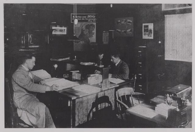 040389 - Motorvoertuigen. Kantoor van de garage van Th.A.M: Knegtel, handelaar in auto's. Forddealer. Van links naar rechts Karel Jurgens, Toon Smulders en Theo Knegtel.