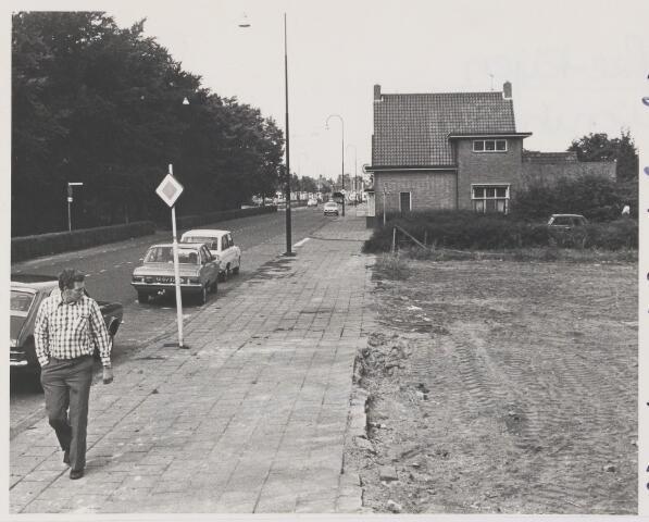 082335 - Vier bedrijfswoningen van lederfabriek Noord-Brabant, later behangselpapierfabriek Goudsmit-Hoff zijn gesloopt. Op de achtergrond het woonhuis van fotograaf Jaspers.Op de plaats van woningen zouden later parkeerplaatsen aangelegd worden.