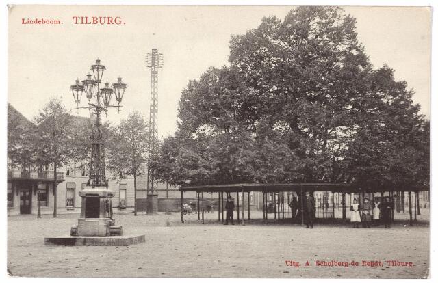 000915 - Heuvel met lindeboom. Op de voorgrond links de lantaarn en drinkfontein, onthuld in 1902 als monument voor burgemeester Jansen. De lantaarn werd in 1924 verplaatst naar de Markt.