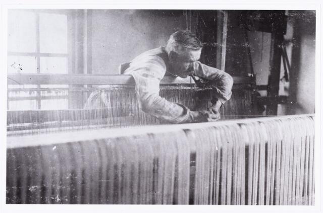 007713 - Textiel. Wollenstoffenwever Johannes Franciscus (Frans) Robben, geboren Tilburg op 25 juli 1860 en aldaar overleden op 25 juni 1939. Hij woonde aan de Rugdijk nummer 35. Het weefgetouw op deze foto kwam terecht in het gereconstrueerde geboortehuis van Peerke Donders aan de Pater Dondersstraat.