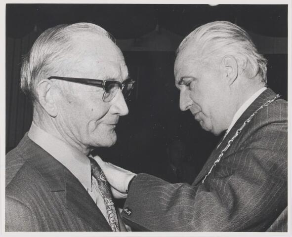 081337 - Dhr. A. Thomassen neemt afscheis als voorzitter van de Boerenbond te Rijen. Hij ontvangt als Koninklijke onderscheiding de zilveren madaille in de Orde van Oranje-Nassau.