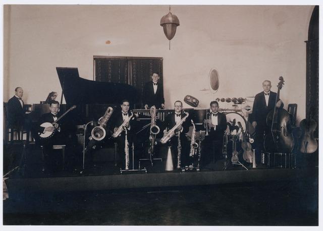 052507 - Muziekleven. 'Max Goyarts and his Rythm Boys' een orkest dat in de jaren dertig vooral optrad bij feesten en festiviteiten in de gegoede kringen. o.a. bij het optreden van de toneelvereniging 'the Show Boat'en het studententoneel. Het Tilburgs studentendispuut 'black and white'speelde b.v. op 21 mei 1930 het stuk Ýou never can tell' in de zaal van de Koninklijke Liedertafel. In dit stuk speelde Marga Klompé, later minister, de rol van het dienstmeisje. Na afloop van het stuk was er een 'soirée dansante'waarbij de muziek verzorgd werd door Max Goyarts and his Rythm Boys.