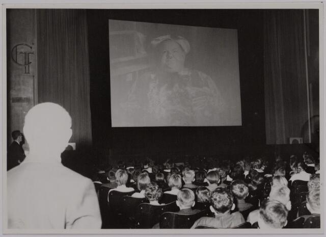 041187 - Vakbeweging. Op 31 augustus 1963 vierde de R.K. Bond Werkmeesters afd. Tilburg het 50-jarig bestaan. Op 14 september 1963 werd b.g.v. het jubileum een grote kindermiddag georganiseerd in het Chicago Theater aan de Koningin Julianastraat. Met optreden van een goochelaar, een tekenfilm en de film 'Grof geschut' met Stan Laurel en Olivier Hardy.