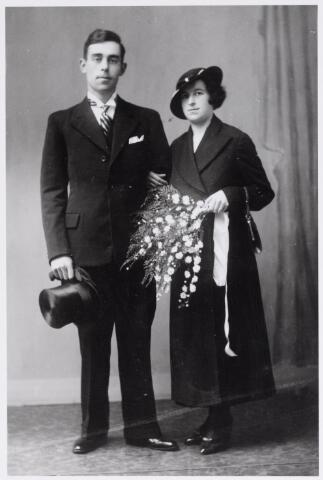 045904 - Trouwfoto van koperslager Adrianus Cornelis Lambertus van Besouw, geboren te Goirle op 6 mei 1905 en aldaar overleden op 17 december 1958, en Philomena Paenen, geboren te Essen (B) op 17 april 1911 en overleden te Goirle op 21 januari 1996. Zij trouwden te Goirle op 1 oktober 1934.