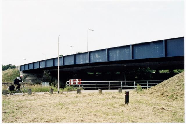 039934 - De Dongenseweg kruist via deze brug het Wilhelminakanaal.