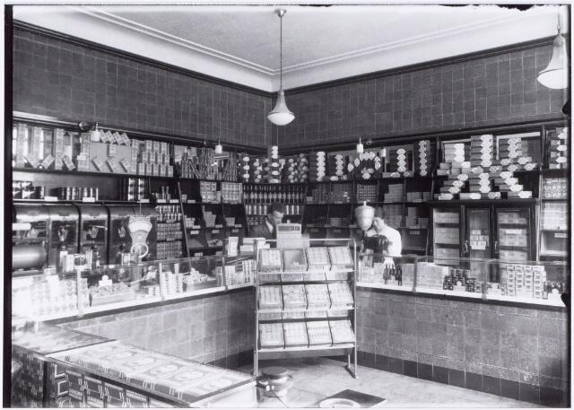 049860 - Winkels. Foto uit ´Je Taalboek´ van frater Victor van Nispen. Interieur van de winkel in koloniale waren aan de Gasthuisstraat 9a, een filiaal van de firma P. de Gruyter & Zn.