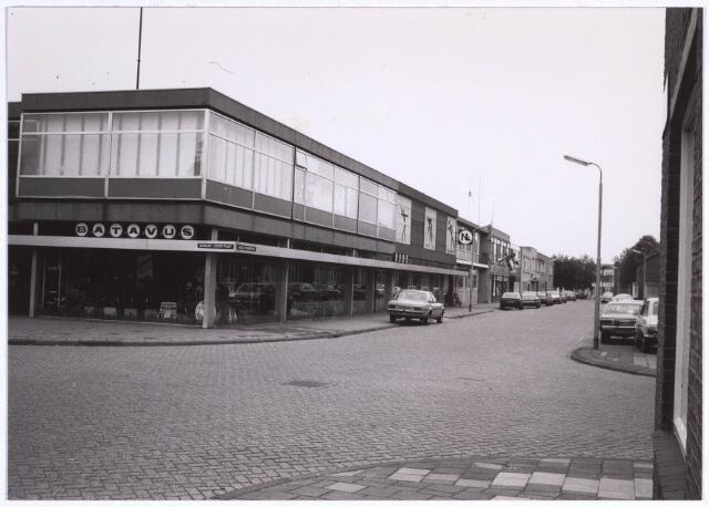 022853 - Rijwiel- en bromfietszaak van Noud van Loon in de Jacques Oppenheimstraat, hoek Bernard Loderstraat