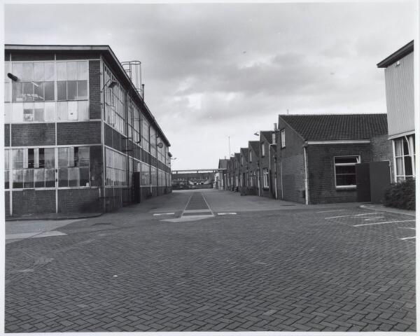 """019898 - Gebouwen op het complex van Volt, gelegen tussen de Groenstraat en de Voltstraat in de richting zuid/noord. Links metaalwaren, Rechts waren vroeger magazijnen. Uiterst rechts de """"jubileumhal"""" Z. Na de sluiting werden er diverse kleinschalige bedrijven in gehuisvest"""