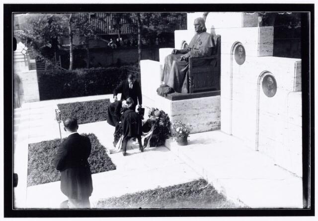104052 - Paleis Raadhuisfeesten.  Kranslegging bij het monument mgr. Zwijsen door weeskinderen..
