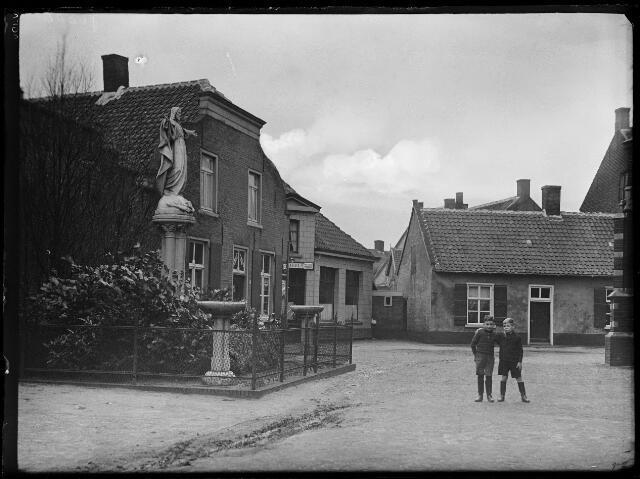 500395 - Het Kerkplein. links een kruidenierswinkel daarnaast café Hoefnagels en rechts is nog een stukje van de kerk te zien.