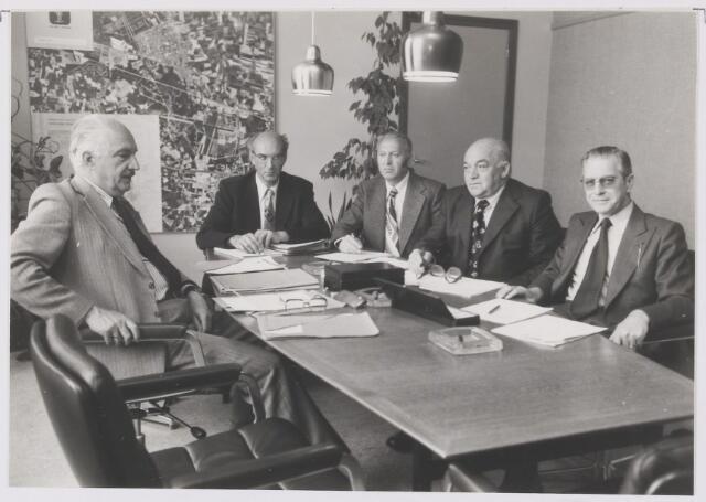 081257 - College van burgemeester en wethouders 1978-1982. V.l.n.r.: burgemeester P.G. Ballings, secretaris A.J.M. Hoevenaars, J.A. Jacobs, G. Boemaars, J.J. van Gool tevens loco-burgemeester