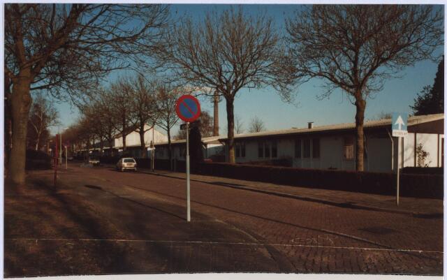 023011 - Maycrete-woningen aan de Jan van Rijzewijkstraat. Op de achtergond de fabrieksschoorsteen van AaBe