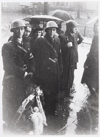 013733 - WO2 ; WOII ; Tweede Wereldoorlog. Verzet. Leden van de KP, afdeling Tilburg, brengen een bloemenhulde bij het graf van Cor Wortel. LinksTh. van Schaik en naast hem ex-verzetsman Verbunt