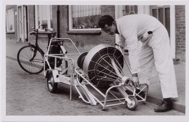 043508 - Het vervoersprobleem opgelost!!! De fietswagen, een uitvinding van Industrie en Handelsonderneming Poos uit de Paul Krügerstraat 19. Het ontwerp werd goedgekeurd door de verkeerspolitie en kostte, inclusief verlichting, 350 gulden.
