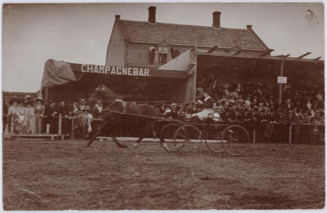 103861 - Tentoonstelling Stad Tilburg 1909 gehouden van 15 juli - 8 augustus 1909  Handel Nijverheid en Kunst. Het tentoonstelling-terrein was gelegen aan de 1e Herstalse Dwarsstraat (tussen Boomstraat en Industriestraat). concours d'elegance.