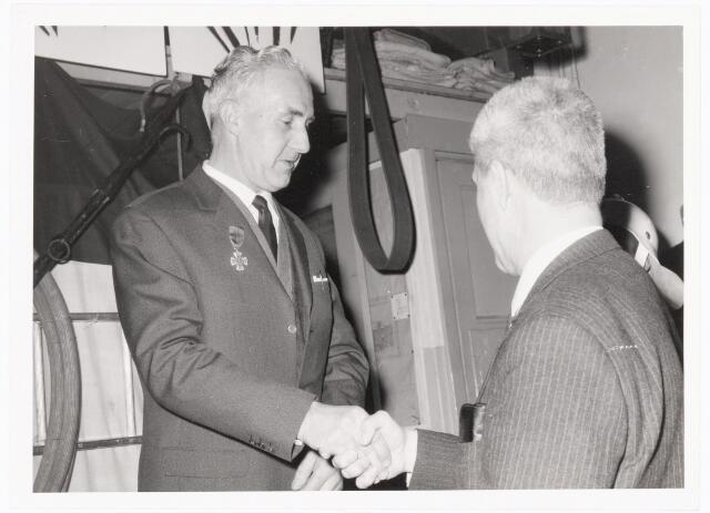 039463 - Volt, Zuid. Hulpafdelingen, Brandweer omstreeks 1965. Huldiging van de heer J.J.M. van Iersel vanwege zijn 25-jarig bedrijfsbrandweer-jubileum. De jubilaris wordt gefeliciteerd door de heer Jo Vermeulen.