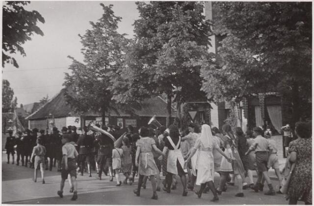 042789 - WOII; WO2; Tweede Wereldoorlog. Bevrijding. Optocht ter viering van de bevrijding van Nederland