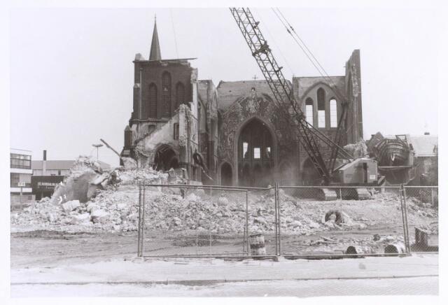 020123 - Sloop van de kerk van het Heilig Hart, parochie Noordhoek, in 1975. De kerk werd gebouwd in 1897/1898 naar een ontwerp van dr. P.J.H. Cuypers