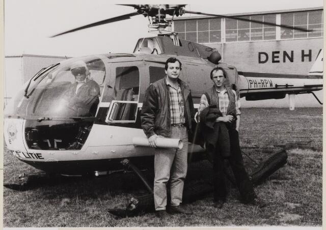 085172 - Dongen.Milieupolitie. Links F.Melis uit Terheijden en rechts A.Rennen uit Zundert. Helicopter voor het gebouw van Den Haan Kabels op Tichelrijt.