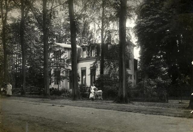 601010 - Villa Margaretha aan de Wilhelminalaan. De villa werd in 1906 gebouwd door een familielid van notaris Van der Meer.