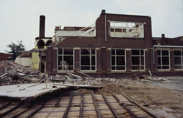 656510 - Afbraak van de Sint Josephschool in de Hoefstraat Tilburg in 1990.