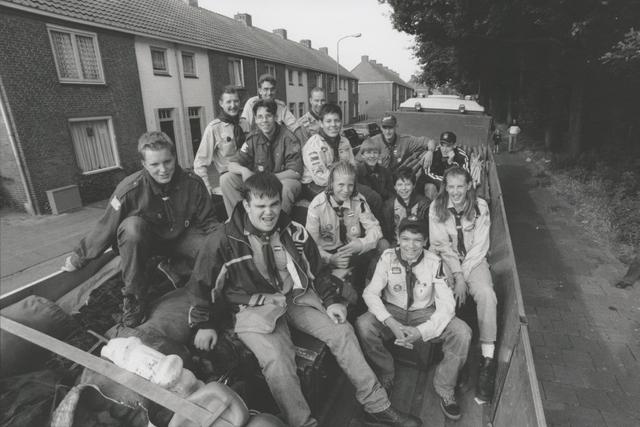 651275 - Mooi zo, Goed zo. Leden van de Scouting Groenewoud gaan naar de Nationale Jamboree 2001. Het vrachtvervoer werd gesponsord door Koninklijke Saan b.v.