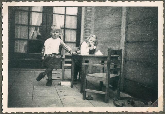 650078 - Verhoeven. Gezin. Kinderen. Sjef Verhoeven (24.07.1944) met buurmeisje (van nr. 51, nu 45) Elly Gaillard (geb. 1944)