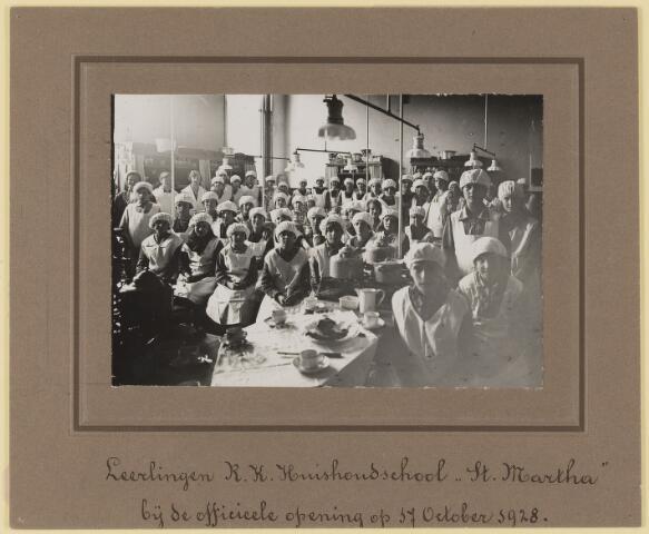 075477 - R.K. Huishoudschool 'St. Martha' Leerlingen bij de officiële opening op 17 oktober 1928. (lokatie huishoudschool Hoogstraat werd later het politiebureau.