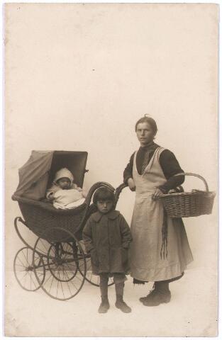 006387 - Volksfiguren: Louise van Dun-Teurlings alias Wieske Snuf (dochter van Jantje Spons, de sandwichman) met haar kinderen. Zij woonde in de Stedekestraat.