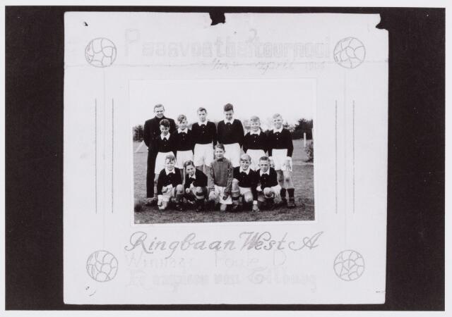 054277 - Sport. Voetbal. Schoolvoetbal. Het elftal van de St. Thomasschool aan de Rinbaan West uit 1956. Op de foto staande Br. RomasiusB. Marcelis, S.v.d.Breugel, J.Straatman (aanvoerder), P. Mols, J.Majois en R.v.d.Lee. Knielend F. de Leeuw, H. v. Helvert, C. v. Gorp, H.v.d.weegen en J. v. Oirschot.