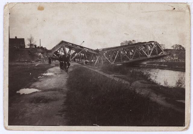 012342 - Tweede Wereldoorlog. Vernielingen. Door de Duitsers opgeblazen spoorbrug over het Wilhelminakanaal nabij het LONGA-terrein