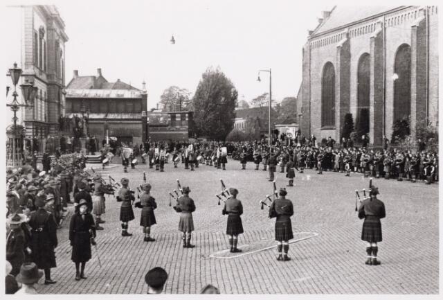 012527 - WO2 ; WOII ; Tweede Wereldoorlog. Bevrijding. Parade van Schotse pijpers op de Markt op 29 oktober 1944, met links de inmiddels verdwenen veilinghal en het oude stadhuis en rechts de kerk van de parochie Heike