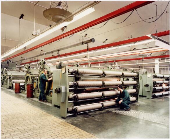 037961 - Textiel. Assortiment in de spinnerij van Mommers  in 1983. Op deze meterslange machines werd de wol gekaard (gekamd) en  tot een voorgaren gedraaid, waarna het op de selfactor of ringspinmachine tot een draad werd getwist