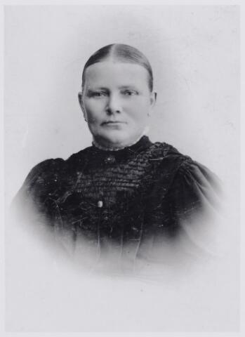 045985 - Johanna Catharina (Trien) van Boxtel, werd geboren te Goirle op 2 november 1865 en overleed aldaar op 26 januari 1943. Haar ouders waren Josephus van Boxtel en Johanna Venmans. Zij trouwde Peter van Dun.