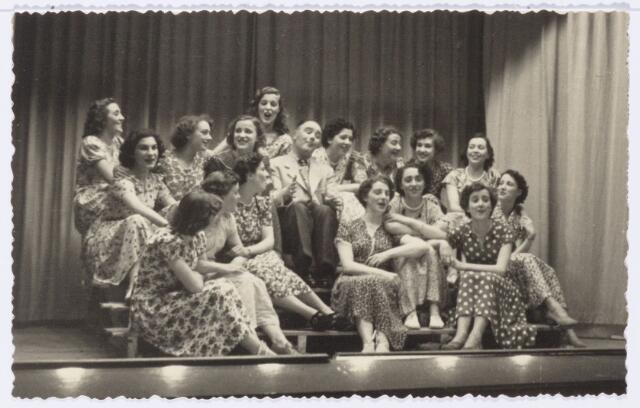 104003 - Toneel. Tilburgse revue in de jaren vijftig.