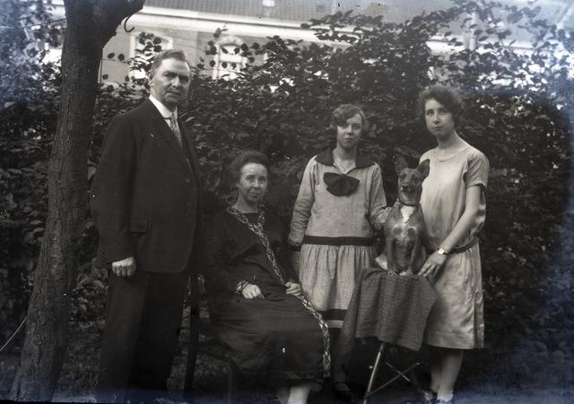654328 - Privéarchief Schmidlin. De familie Sellen-Jansen. V.l.n.r. H.W.B. Sellen, A.E. Sellen-Jansen, onbekend, E.W.A.S. (Betsy) Sellen, later gehuwd met fotograaf Louis A. Schmidlin. Hond